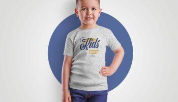 Бесплатный макет футболки мокап для мальчика (PSD)