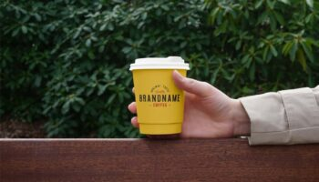 Мокап стакан кофе в руке PSD