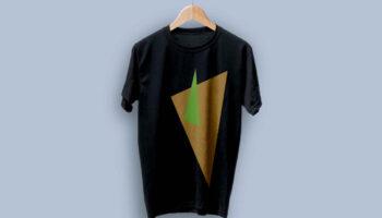 Мокап футболка на вешалке PSD