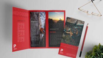 Мокап брошюры-трифолда PSD