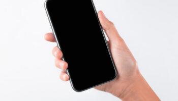 Мокап телефона в руке PSD