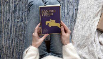 Мокап книги в руках PSD